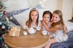 Le ragazze del bambino svegliano nel suo letto nella mattina di natale Fotografie Stock