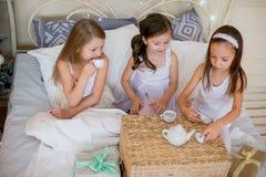 Le ragazze del bambino svegliano nel suo letto nella mattina di natale Immagini Stock