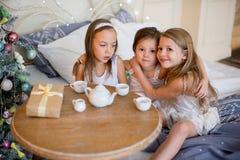 Le ragazze del bambino svegliano nel suo letto nella mattina di natale Fotografie Stock Libere da Diritti