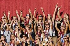 Le ragazze della vicinanza della città di Torre a Siena stanno salmodiando Immagine Stock