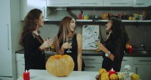 Le ragazze di Dacing a Halloween fanno festa, bevendo il vino, il buon umore, belle signore mascherate 4K stock footage