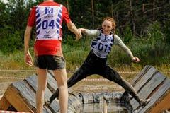Le ragazze effettua l'esercizio di anti-gravitazione Fotografia Stock