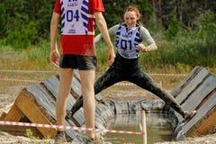Le ragazze effettua l'esercizio di anti-gravitazione Fotografie Stock