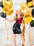 Le ragazze fanno festa i palloni biondi della ragazza di occasione speciale fotografie stock