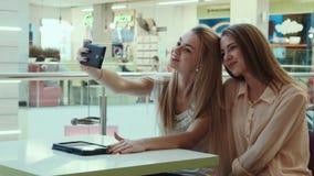 Le ragazze fanno il selfie nel centro commerciale di spettacolo stock footage