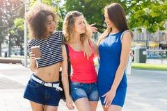 Le ragazze felici con portano via il caffè all'aperto Immagini Stock Libere da Diritti