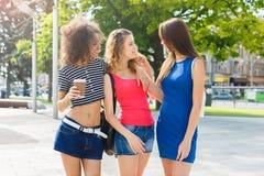 Le ragazze felici con portano via il caffè all'aperto Fotografie Stock Libere da Diritti