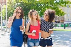 Le ragazze felici con portano via il caffè all'aperto Immagine Stock Libera da Diritti