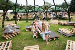 Le ragazze giocano il piano sul campo da giuoco del festival di musica popolare Fotografia Stock Libera da Diritti
