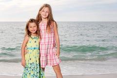 Le ragazze godono del giorno di estate alla spiaggia. Immagine Stock
