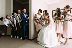 Le ragazze graziose stanno guardando sui ragazzi Fotografia Stock