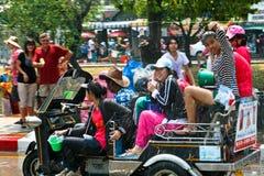 Le ragazze guida un tuk-tuk Fotografie Stock