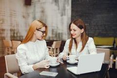 Le ragazze lavorano in un caff? fotografie stock