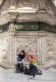 Le ragazze musulmane posano per una foto davanti ad una parete alla cittadella magnifica di Salah Al-Din a Il Cairo, Egitto fotografia stock
