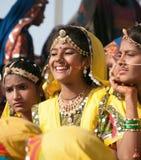 Le ragazze non identificate in abbigliamento etnico variopinto assiste al Immagini Stock Libere da Diritti