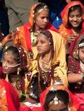 Le ragazze non identificate in abbigliamento etnico variopinto assiste al Fotografie Stock