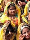 Le ragazze non identificate in abbigliamento etnico variopinto assiste al Fotografia Stock Libera da Diritti