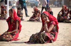Le ragazze non identificate in abbigliamento etnico variopinto assiste al Immagine Stock