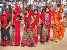 Le ragazze non identificate in abbigliamento etnico variopinto assiste al Fotografia Stock