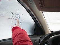 Le ragazze passano il sole di tiraggio sulla finestra di automobile immagine stock