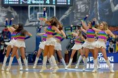 Le ragazze pon pon stanno ballando sul campo da pallacanestro Fotografia Stock