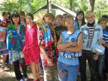 Le ragazze posano per il fotografo Il campeggio estivo, adolescenti sta preparando per nuotare fotografia stock libera da diritti