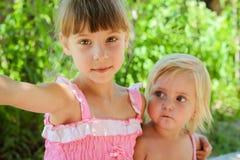 Le ragazze prendono le immagini se stessi sul telefono fotografia stock libera da diritti