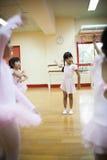 Le ragazze in scuola elementare, prendono un corso del ballo classico Immagini Stock