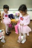 Le ragazze in scuola elementare, prendono un corso del ballo classico Fotografia Stock Libera da Diritti
