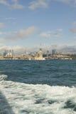 Le ragazze si elevano, Costantinopoli, città e mare Immagini Stock