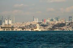 Le ragazze si elevano, Costantinopoli, città e mare, cielo blu fotografie stock libere da diritti