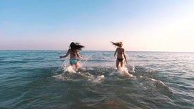 Le ragazze si imbattono nel mare archivi video
