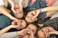 Le ragazze sono felici nel banco Immagini Stock Libere da Diritti