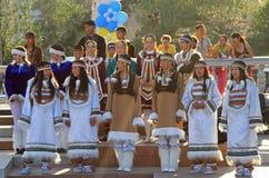 Le ragazze stanno eseguendo al festival di piccola gente Fotografia Stock Libera da Diritti