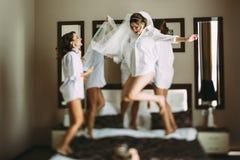 Le ragazze stanno impazzendo prima di nozze Immagine Stock