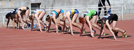 Le ragazze sull'inizio dei 100 tester corrono Immagine Stock