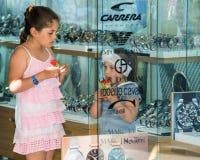 Le ragazze in un orologio comperano nel centro di Pomorie, Bulgaria Fotografia Stock Libera da Diritti
