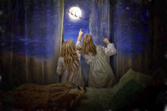 Le ragazze vedono Santa Claus dalla finestra Fotografie Stock
