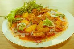 Le ragoût de boeuf a servi avec les pommes de terre cuites dans un plat en céramique sur un OE Photographie stock libre de droits