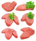 Le ramassage de viande coupée en tranches avec le persil vert pousse des feuilles images libres de droits