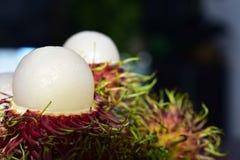 Le ramboutan est un fruit saisonnier Cuit, rouge, doux, délicieux photographie stock