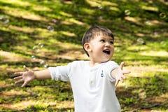 Le rampement d'un an de beau bébé garçon, sourit et rit Photos libres de droits