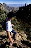 Le randonneur à la gorge donnent sur Images libres de droits