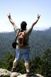 Le randonneur affiche le signe de la victoire Image libre de droits