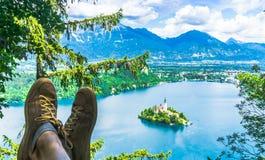 Le randonneur appréciant la vue panoramique au-dessus du lac a saigné en Slovénie images stock