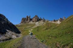 Le randonneur apprécie la traînée vers le haut aux montagnes distinctives de dolomite Photo stock