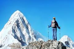Le randonneur avec des sacs à dos atteint le sommet de la crête de montagne Liberté de succès et accomplissement de bonheur en mo photographie stock libre de droits
