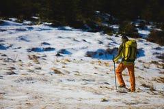 Le randonneur avec le sac à dos va sur la voie photo stock
