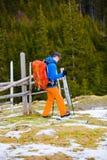 Le randonneur avec le sac à dos va sur la voie photo libre de droits