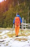 Le randonneur avec le sac à dos va sur la voie images stock